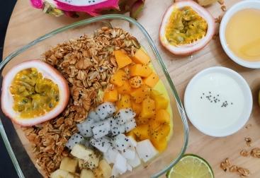 Smoothie Bowl with homemade granola